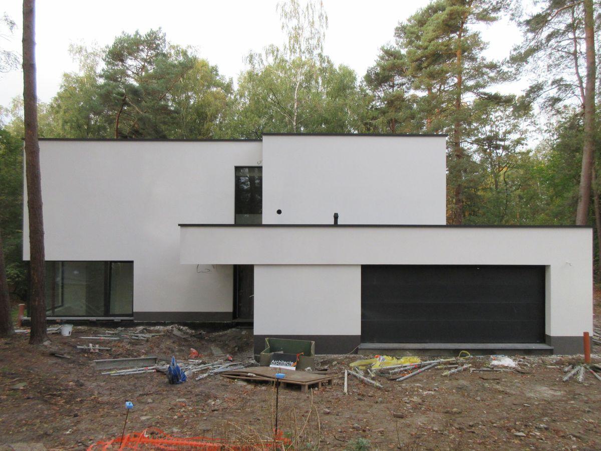 villa design avec grandes fenêtres et baies vitrées