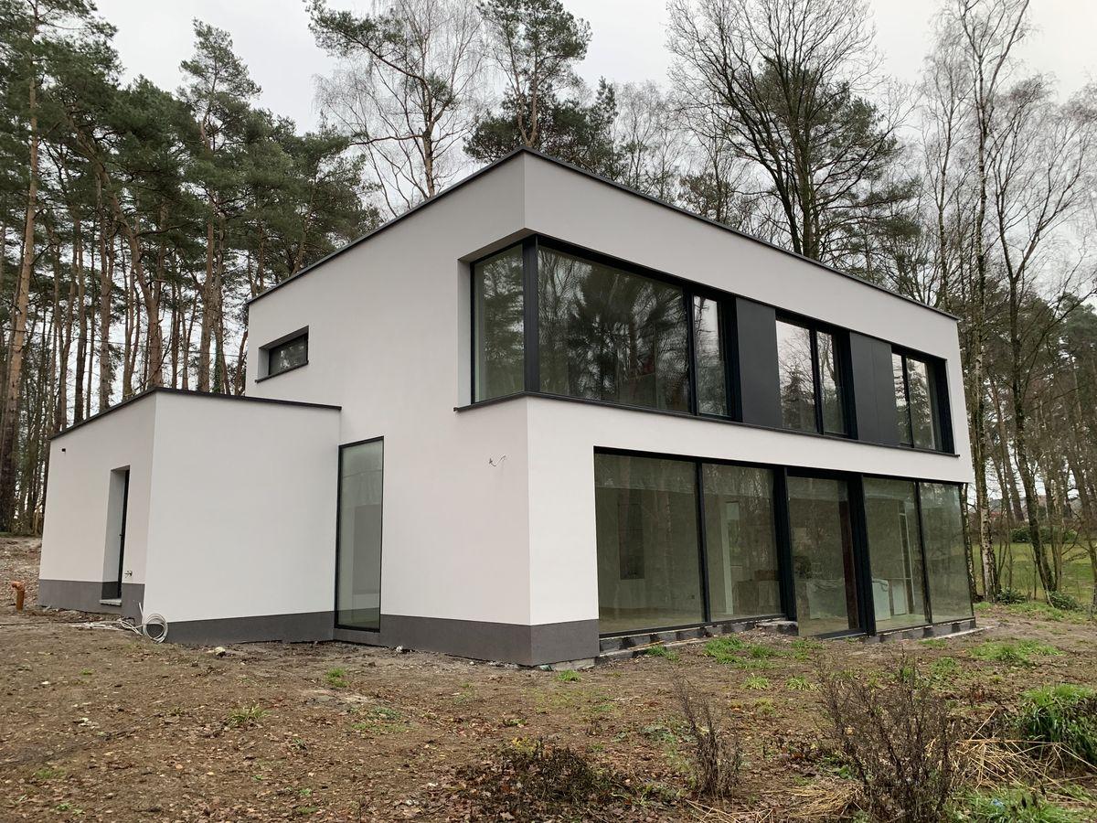 Villa design avec grandes fen tres et baies vitr es for Fenetre villa
